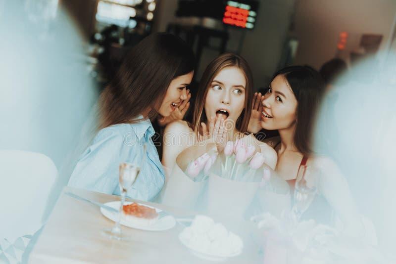 女孩在屋子里花费时间 食物和喝在天3月8日 一起Enjoi时间 笑和微笑与朋友 礼物永远 库存图片