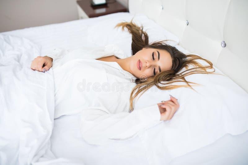 女孩在床上在家睡觉 免版税库存图片
