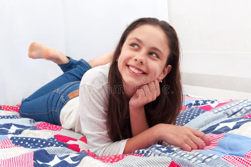 女孩在床上躺 免版税图库摄影