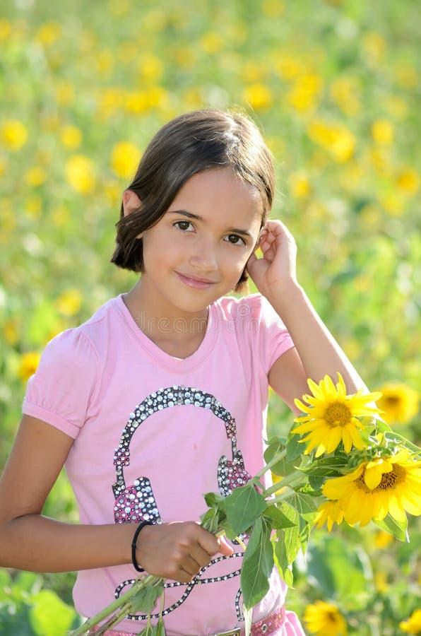 女孩在庭院里 免版税库存图片