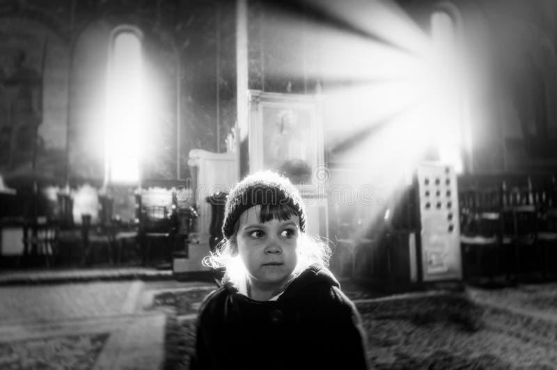 女孩在教会里 库存照片