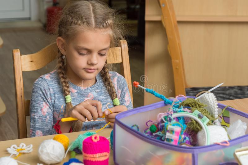 女孩在教室钩编编织物在学校 免版税库存图片