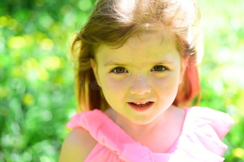 女孩在晴朗的春天 面孔skincare 过敏花 小的子项 自然的秀丽 儿童的日 春天 免版税库存图片