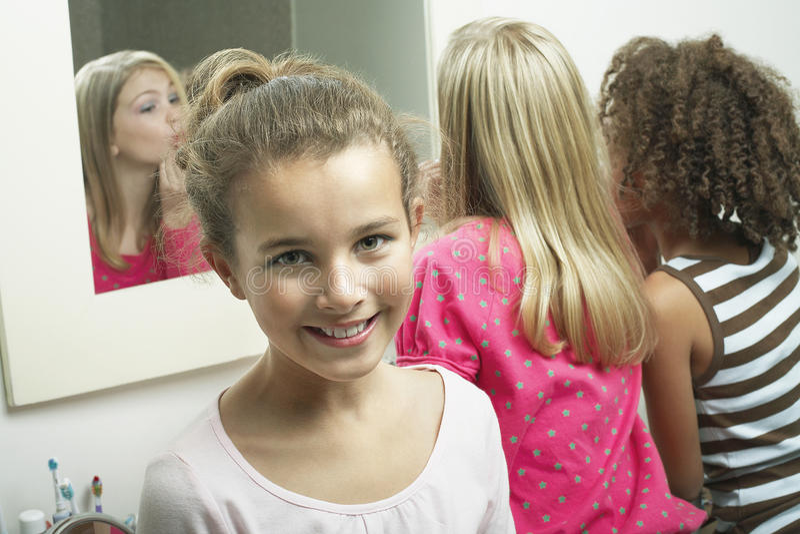 女孩在有朋友的卫生间里 库存图片