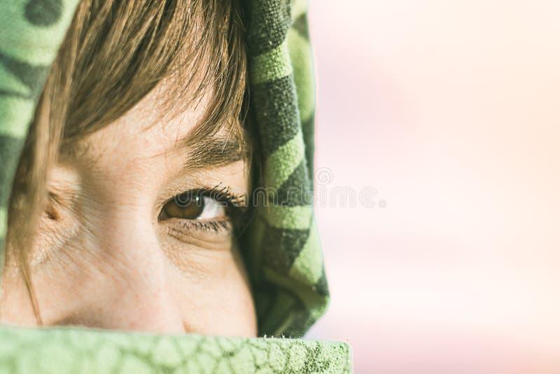 女孩在有面纱的沙漠 妇女` s眼睛的细节 免版税图库摄影
