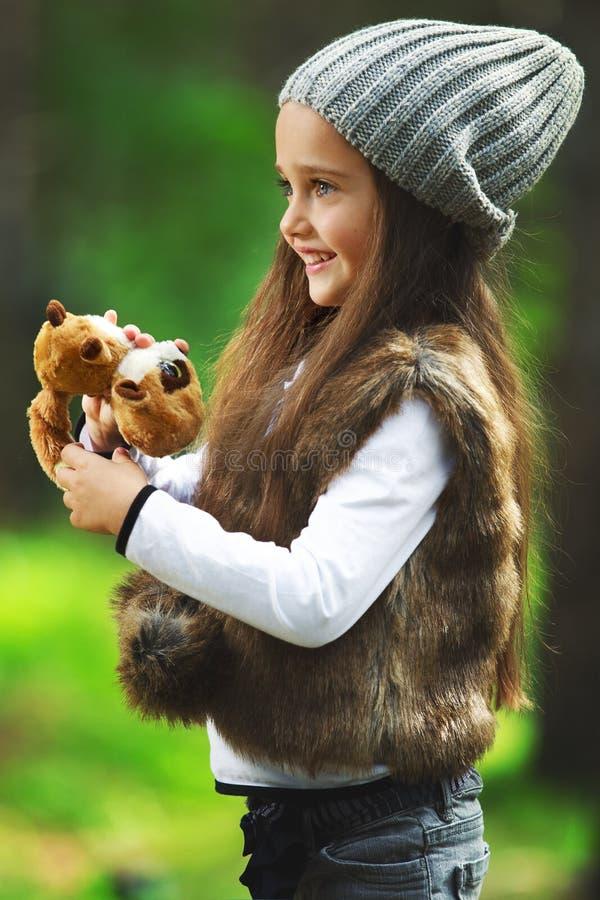 女孩在森林里 免版税库存图片