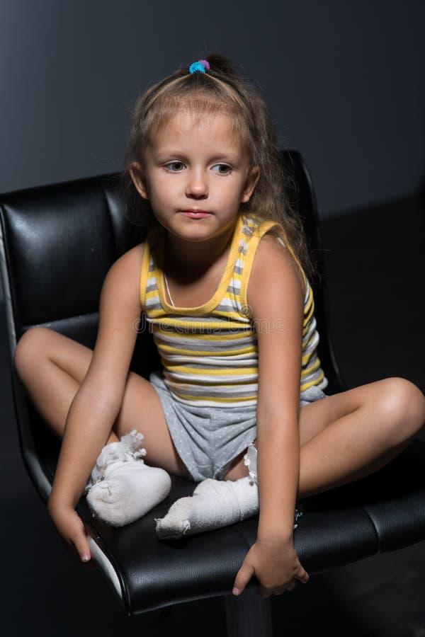 女孩在椅子的四年 免版税库存照片