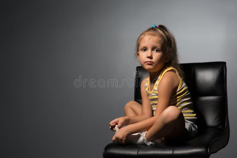 女孩在椅子的四年 免版税库存图片