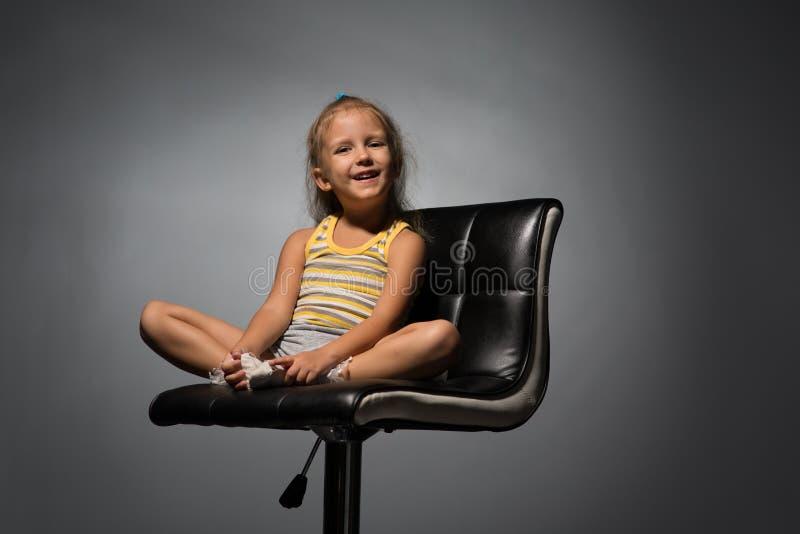 女孩在椅子的四年 图库摄影
