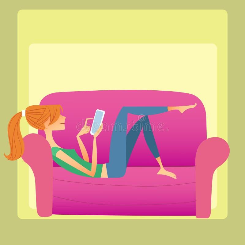 女孩在沙发说谎并且读智能手机 免版税库存图片