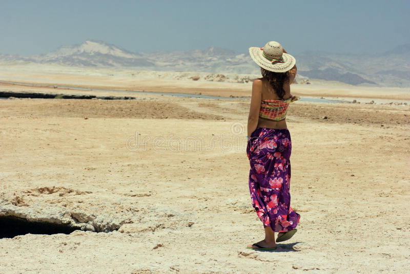 女孩在沙漠 免版税图库摄影