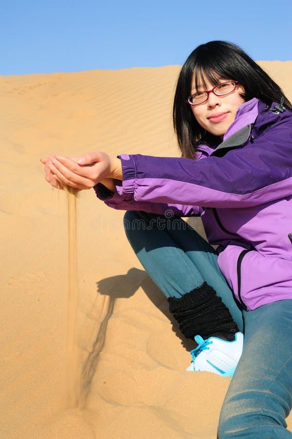 女孩在沙漠