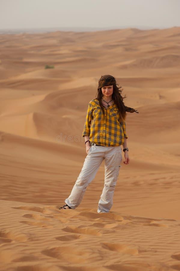 女孩在沙漠 库存照片