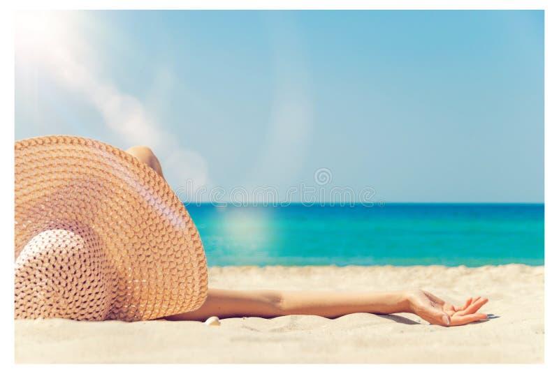 女孩在海滩说谎 免版税库存图片