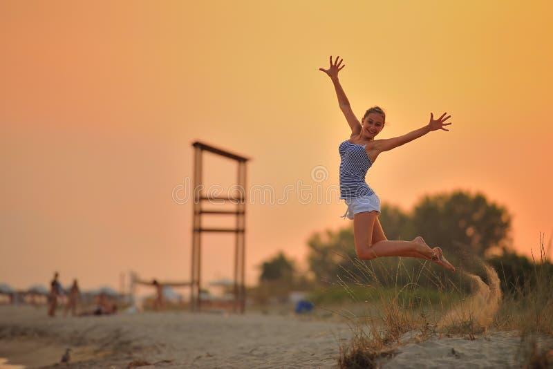 女孩在海滩跳