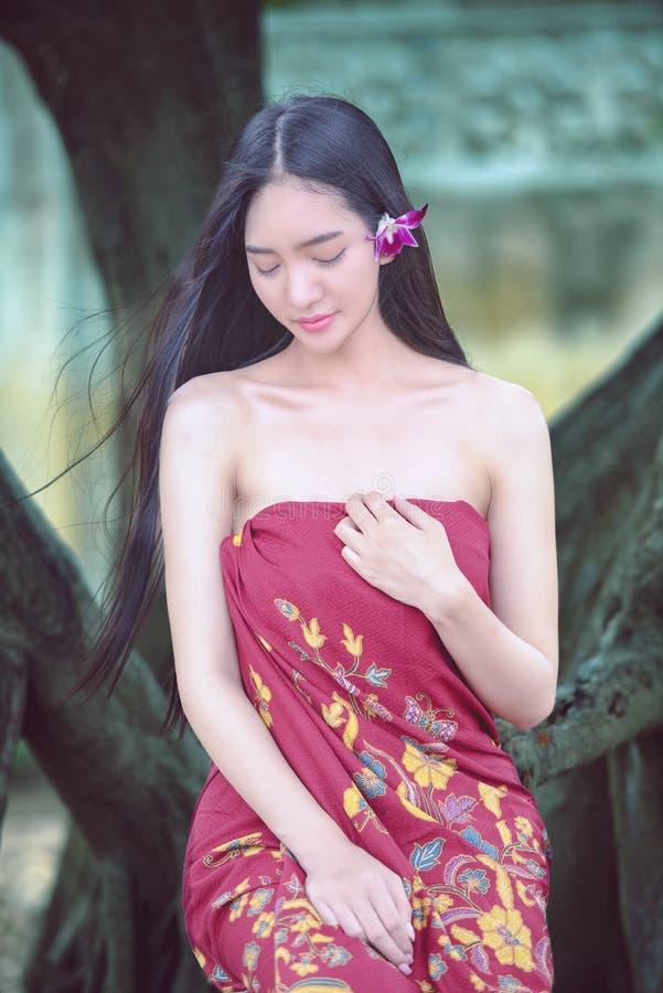 女孩在溪沐浴, 库存照片