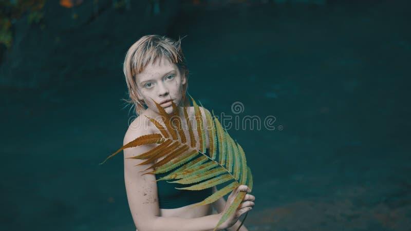 女孩在热带雨林密林 免版税库存图片
