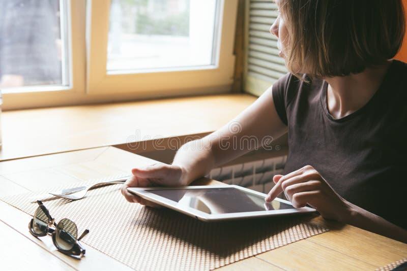 Download 女孩在片剂工作 库存照片. 图片 包括有 商业, 人员, beautifuler, 生活方式, 白种人, 愉快 - 72373290
