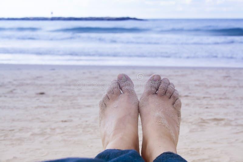 女孩在特拉维夫海岸的腿特写镜头  晚上,海滩和 库存图片