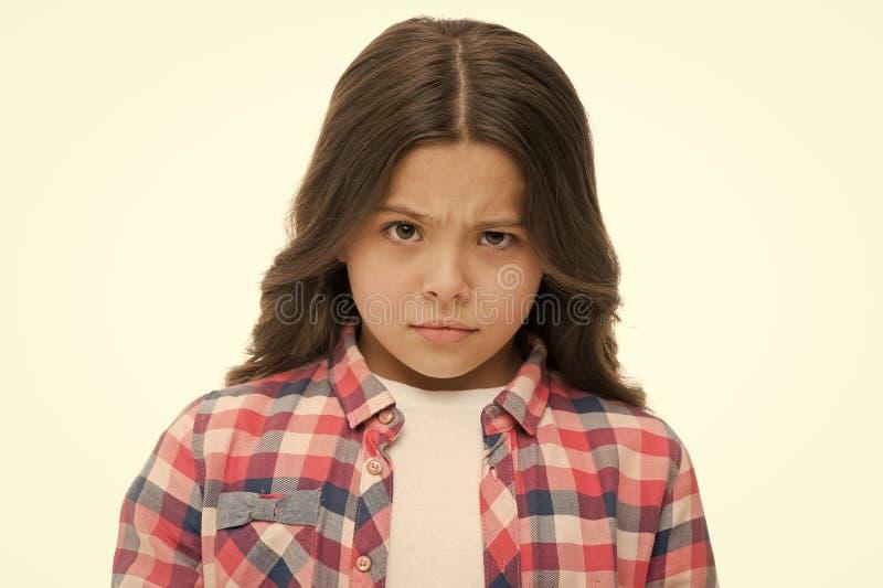 女孩在白色隔绝的培养眼眉 有长的深色的头发的确信的孩子 是您严肃 停止哄骗我 图库摄影