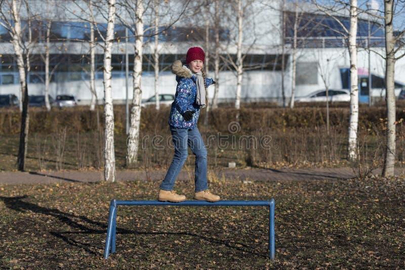 女孩在秋天公园走 免版税图库摄影