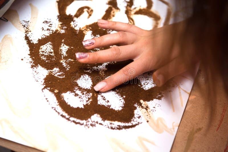 女孩在纸咖啡画 免版税库存照片