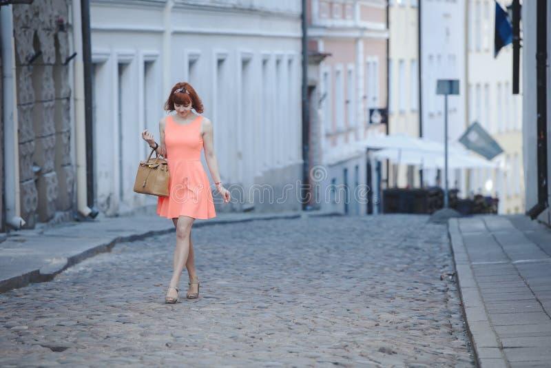 女孩在老城镇 免版税库存照片