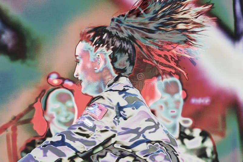 女孩在阶段跳舞有军队衣裳psycadelic背景 免版税库存图片