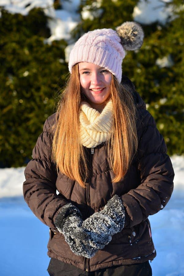 女孩在雪冬天笑 免版税库存照片