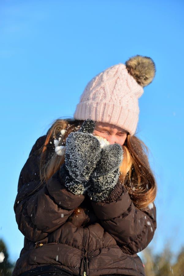 女孩在雪冬天笑 免版税库存图片