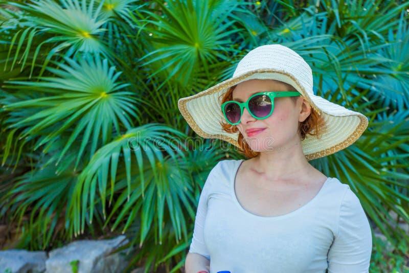 女孩在绿色玻璃的公园 免版税图库摄影