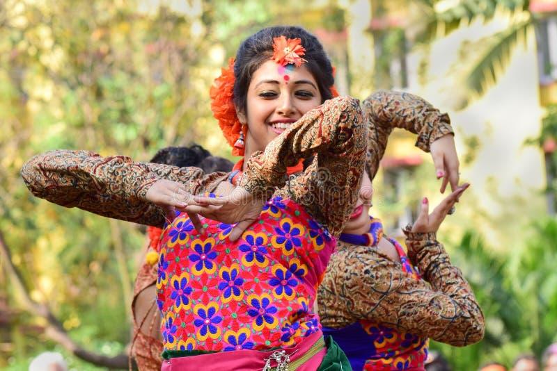 女孩在Holi (春天)节日的舞蹈家perforimg在加尔各答 免版税图库摄影