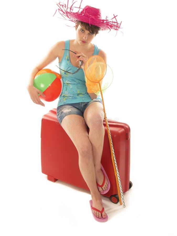 女孩坐手提箱等待 免版税库存图片