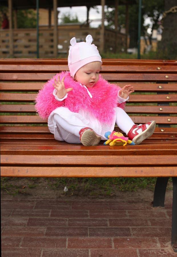 女孩坐的一点 图库摄影