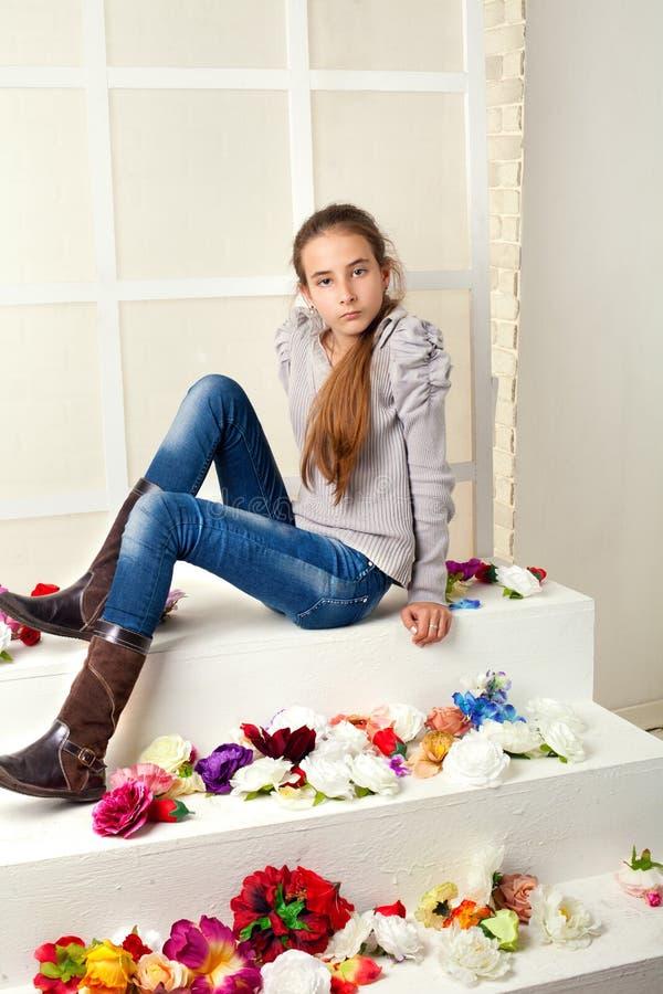 女孩坐的台阶 库存图片