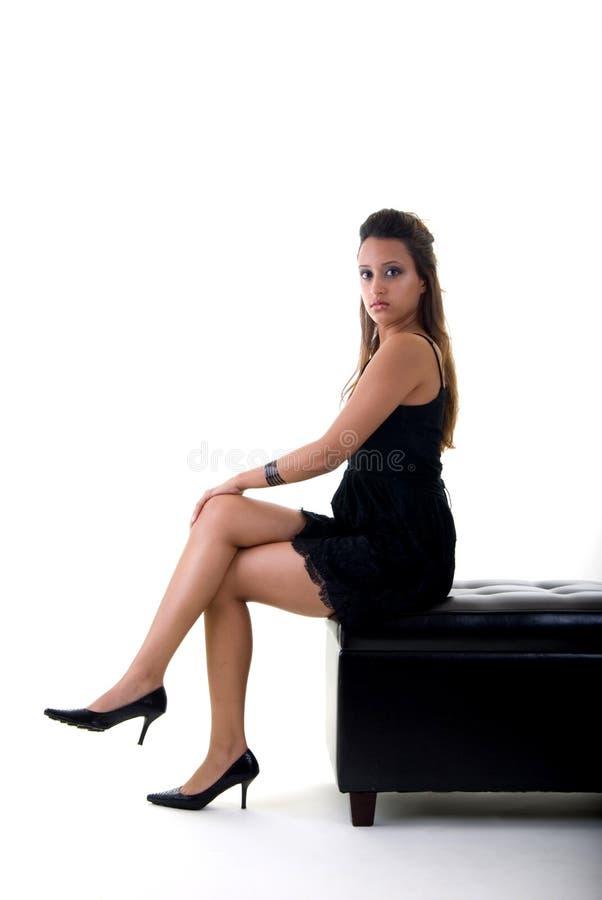 女孩坐的年轻人 免版税库存照片