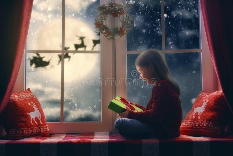 女孩坐的视窗 免版税库存图片