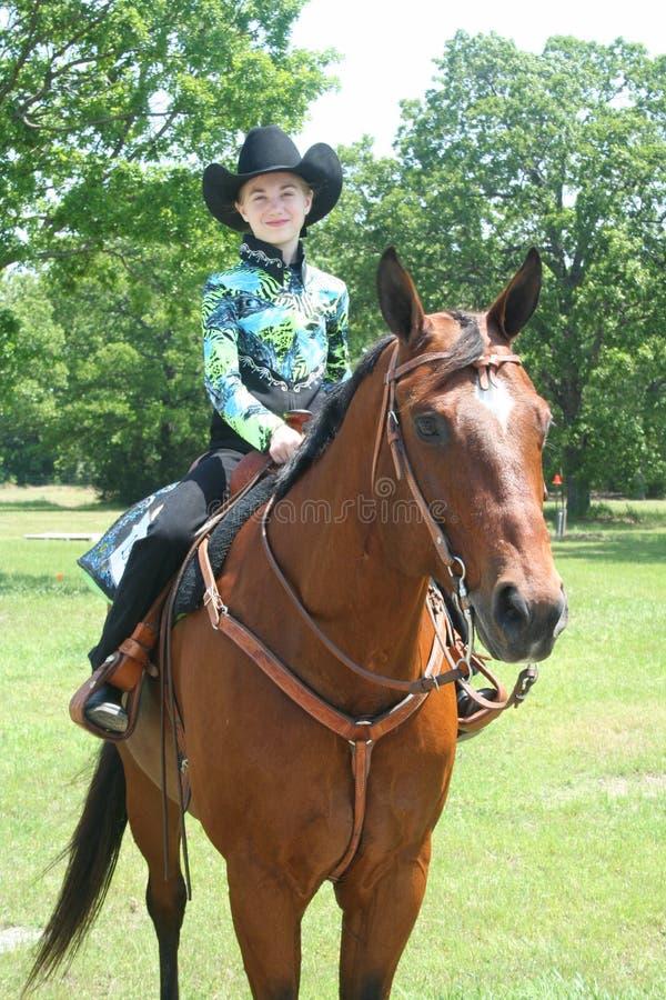 女孩坐短距离冲刺的马 免版税库存图片