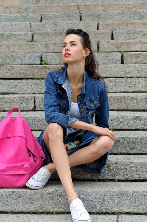 女孩坐花岗岩步 库存图片