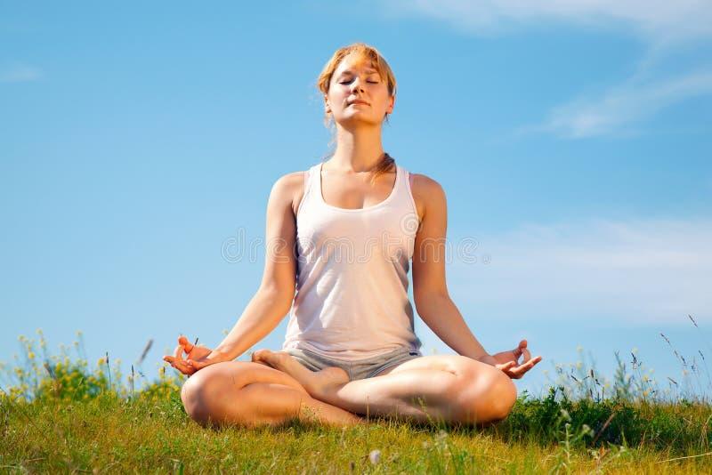 女孩培训瑜伽 库存图片