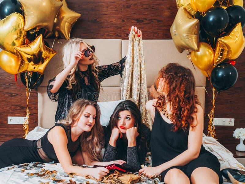 女孩夜计划党休闲成套装备五彩纸屑 免版税库存图片