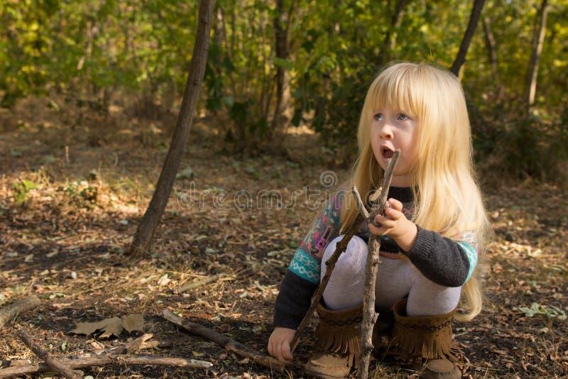女孩大厦用户外棍子在秋天 库存图片