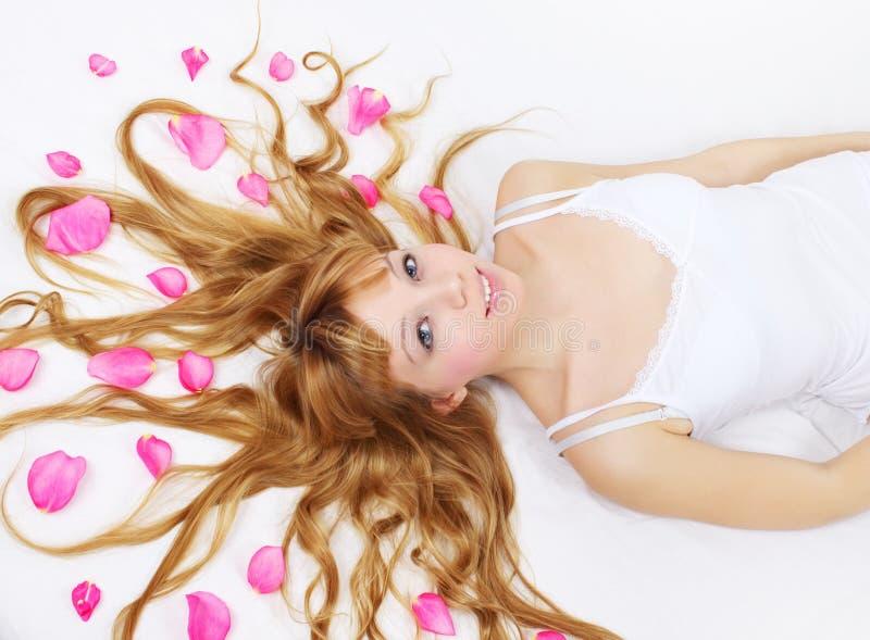 女孩头发她的瓣相当上升了 免版税库存图片