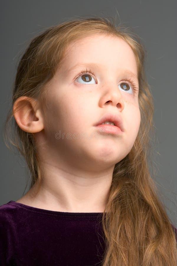 女孩头发长的凝思红头发人年轻人 图库摄影
