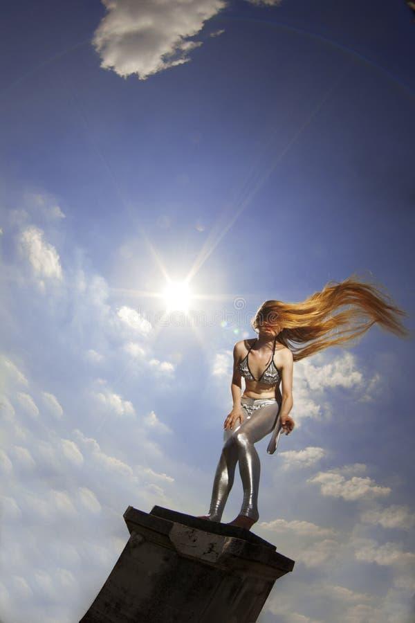 女孩头发长的天空 免版税库存图片