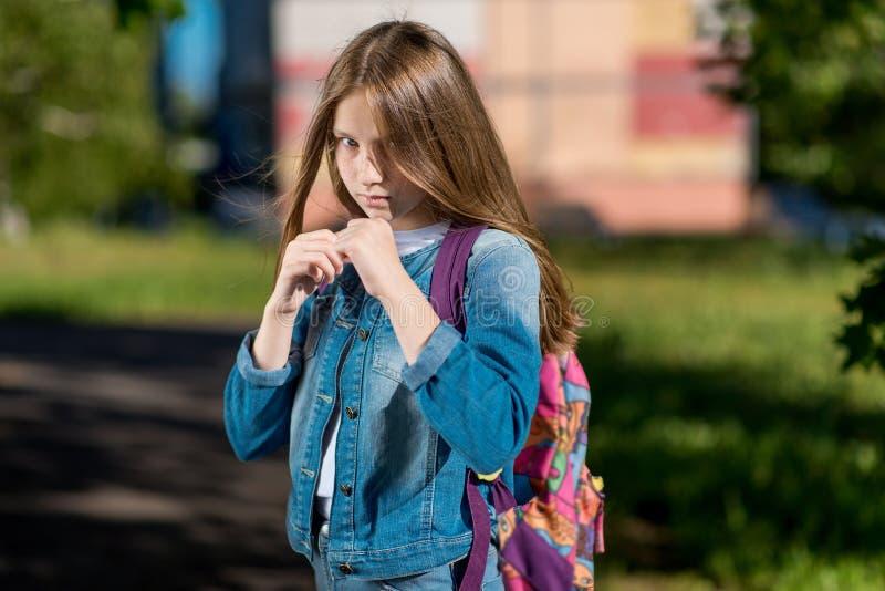 女孩女小学生 夏天本质上 它在机架 我准备好的` m开始战斗 儿童保护的概念 免版税库存照片