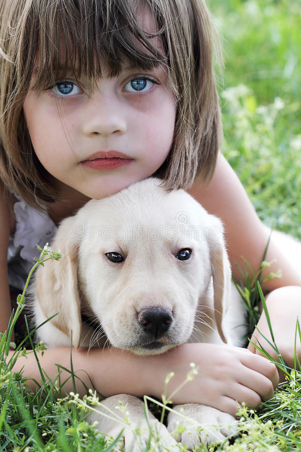 女孩她小的小狗 库存图片