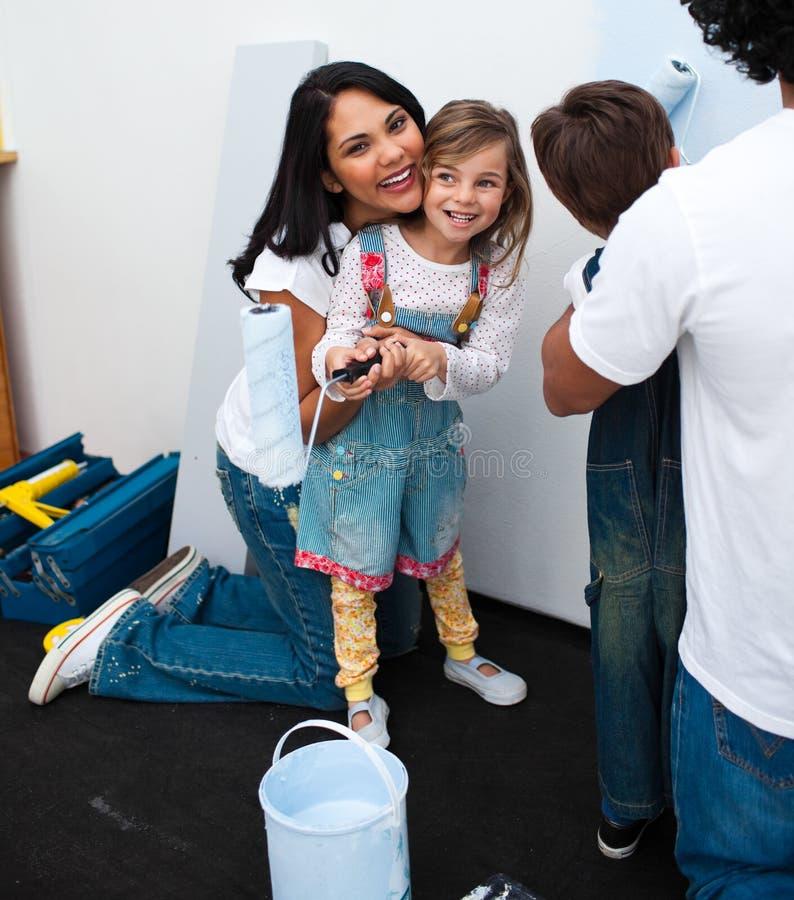 女孩她小的母亲绘画纵向 图库摄影