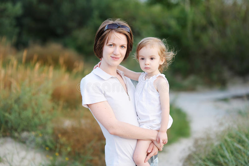 女孩她的小母亲 免版税库存图片