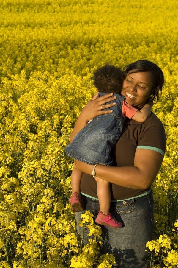 女孩她的小母亲 免版税库存照片